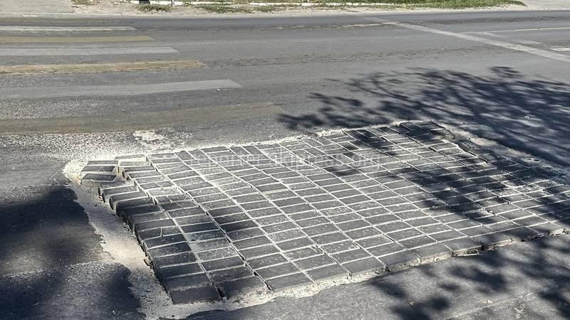 На перекрестке М.Ганди—Боталиева яму на дороге залатали брусчаткой