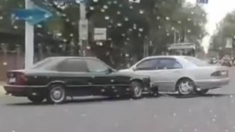 На Московской столкнулись БМВ и «Мерседес». Видео с места аварии
