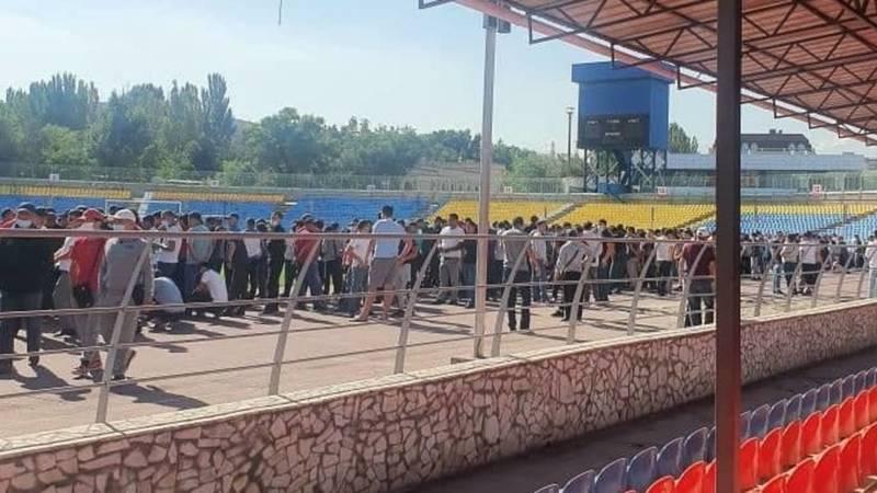 На стадионе «Спартак» собрались сотни молодых людей. Фото