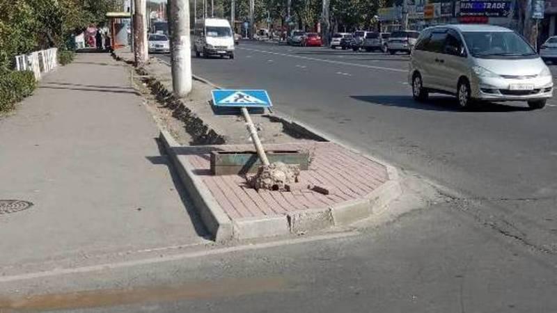 На Ахунбаева упал дорожный знак. Фото