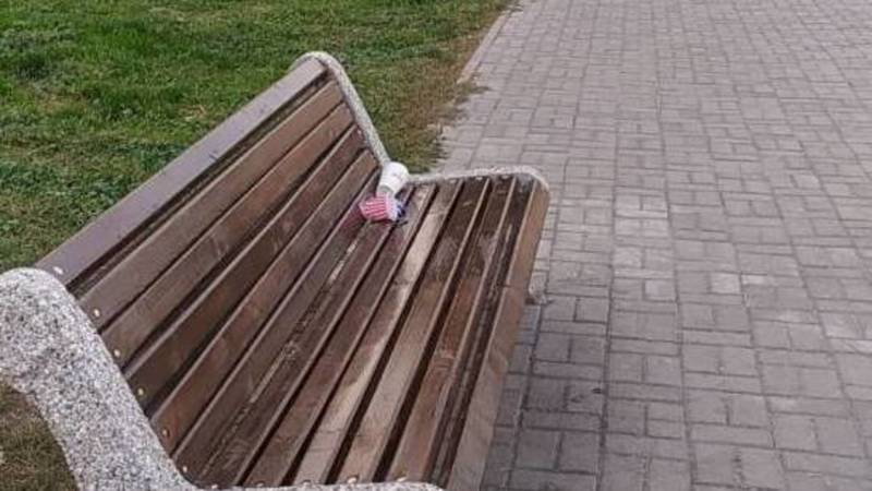 На Тыналиева вдоль тротуара поставили скамейки, но не установили урны. Фото горожанина