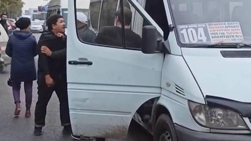 На проспекте Чуй подрались водители маршруток и заблокировали дорогу. Видео