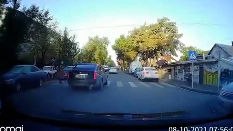 В Бишкеке «Кадиллак» чиновника чуть не сбил пешехода