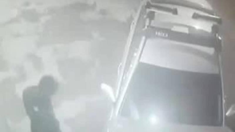 На Гагарина-Баха из машины горожанина парень украл телефон за 58 тыс. сомов. Видео