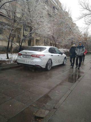 Парковка на тротуаре госномер: 01KG361AEA