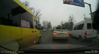Водитель маршрутки №135 на Салиевой-Валиханова выехал на встречку (госномер S 0212 AN)