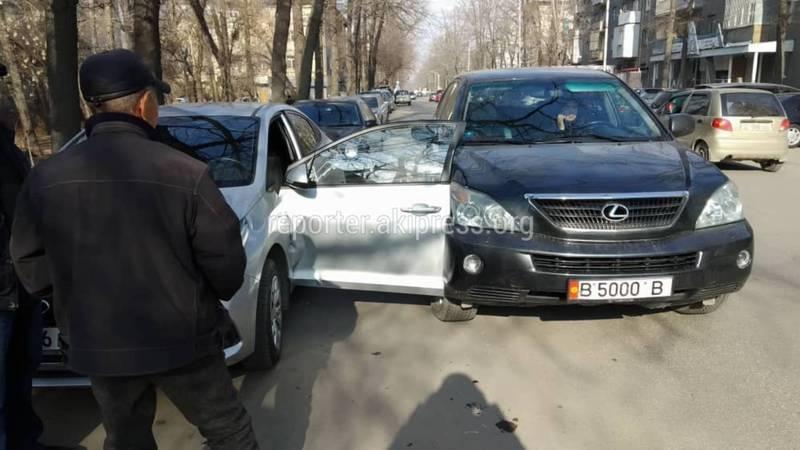 На Турусбекова «Лексус» зацепил внезапно открывавшуюся дверь «Хендая»