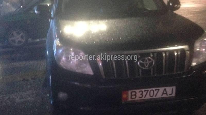 В Бишкеке на Чуй-Исанова водитель «Тойоты» припарковался на «зебре» (фото)