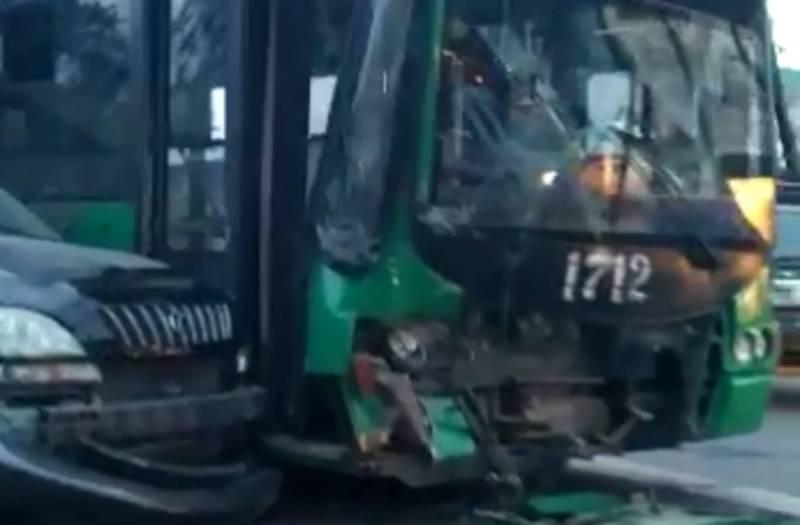 Фото, видео — На Горького «Лексус» врезался в троллейбус