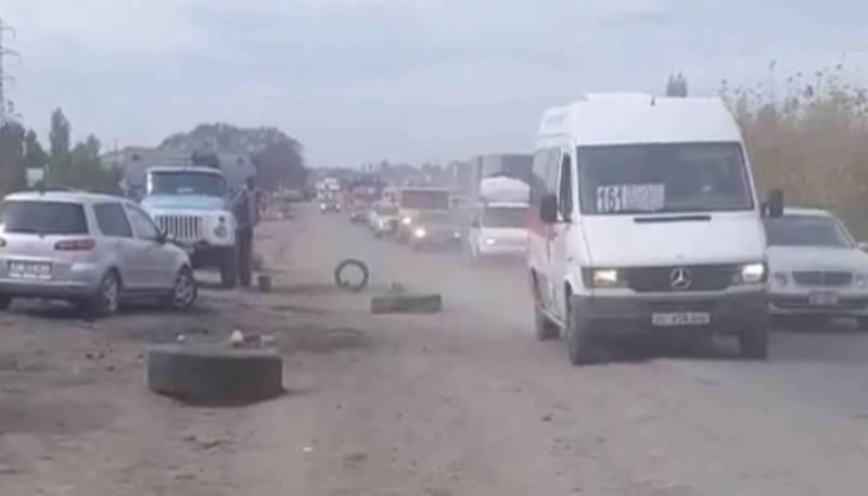 На объездной дороге продавцы угля выставляют покрышки от колес на проезжей части дороги (видео)