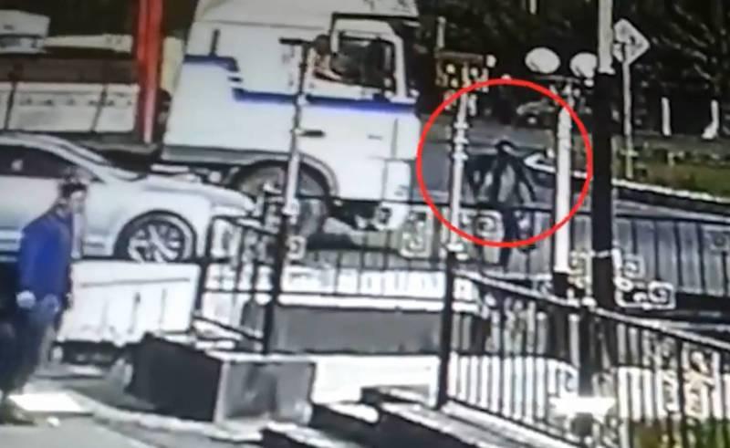 Момент автонаезда грузовиком на пешехода в городе Ош попал на видео