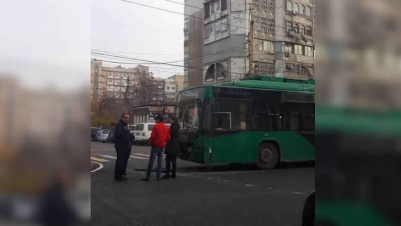 На Московской-Тыныстанова троллейбус столкнулся с «Тойотой»