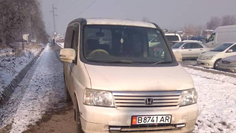 На улице Садыгалиева «Хонду» припарковали на тротуаре.Фото
