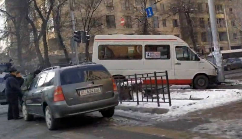 На Киевской-Уметалиева маршрутка №143 столкнулась с «Хондой». Фото, видео