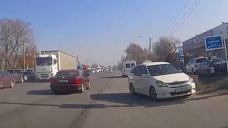 В Новопавловке водитель такси создал аварийную ситуацию, выехав на встречную полосу (видео)