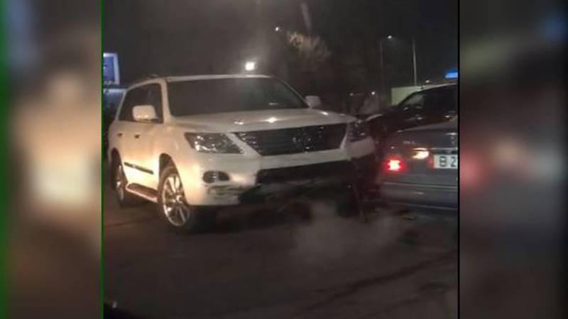 Видео — ДТП возле ТЭЦ. «БМВ» столкнулась с «Лексусом» и вылетела с трассы