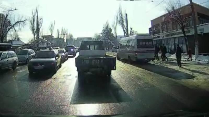 На ул.Юнусалиева водитель маршрутки высаживал людей в неположенном месте, но сотрудник ГУОБДД не обратил внимание на нарушение, - очевидец