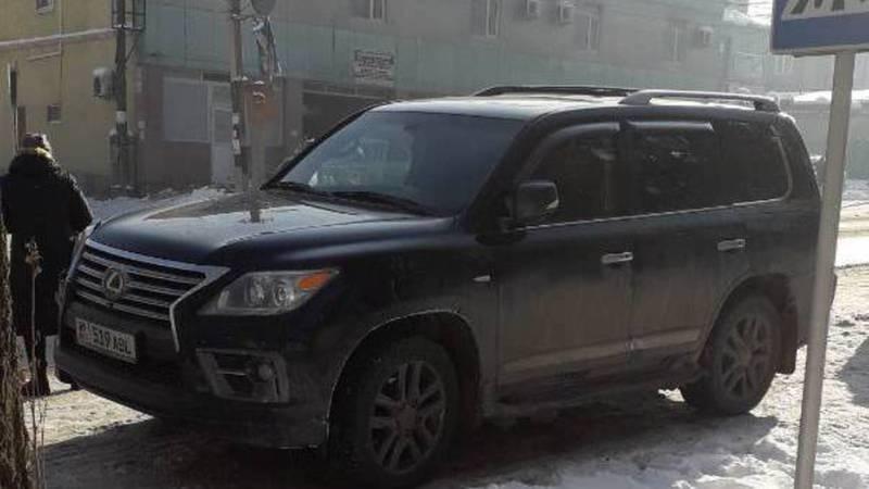 На ул.Суюмбаева «Лексус» припарковали на пешеходном переходе. Фото