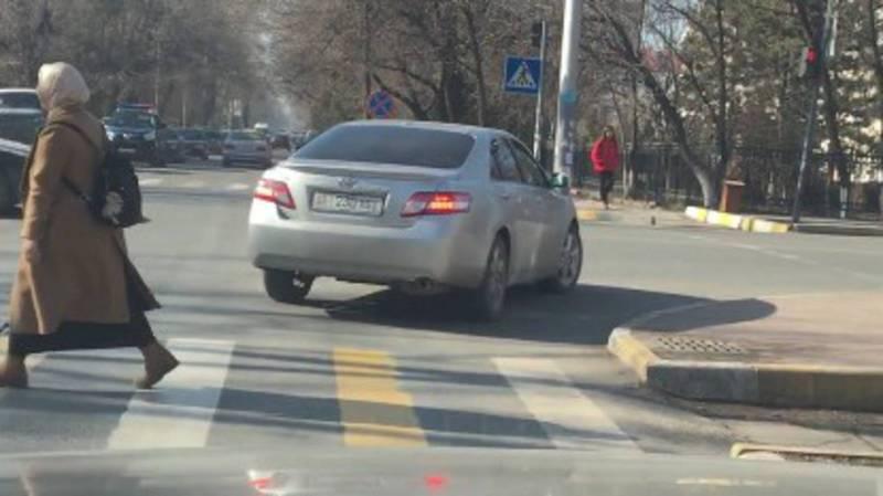 На Манаса-Фрунзе водитель «Тойоты Камри» выехал за стоп-линию. Видео, фото