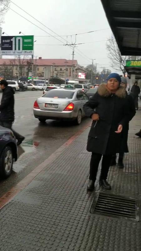 Таксисты устроили парковку на остановке в центре Бишкека