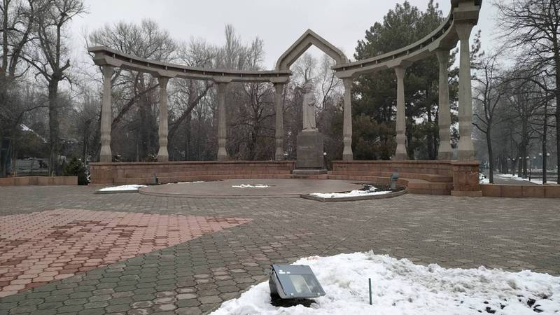В Дубовом парке вандалы погнули фонарь. Фото