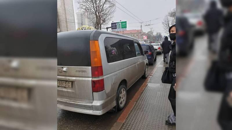 На остановке возле ЦУМа постоянно паркуются таксисты. Фото