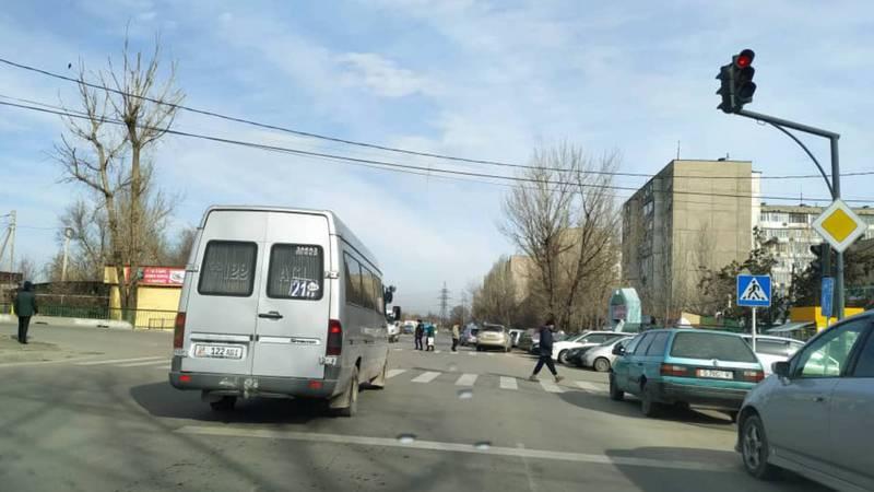 На Калинина-Кольбаева «Мерседес Спринтер» выехал за стоп-линию. Фото