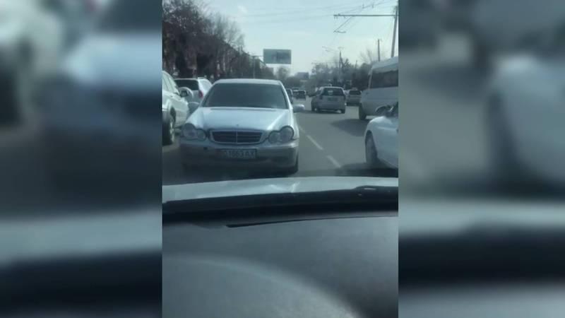 На ул.Курманжан Датки в Оше водитель «Мерседеса» едет по встречной полосе. Видео