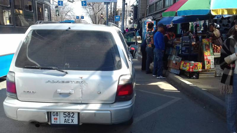 На проспекте Чуй водитель «Субару» оставил машину на остановке. Фото