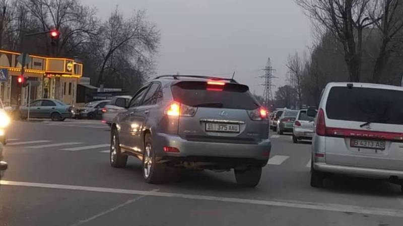 На Кольбаева-Калинина водители выезжают за стоп-линию. Фото