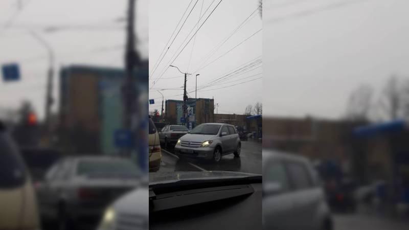 На 7 Апреля-Анкара водитель «Тойоты» выехал на встречную полосу. Фото