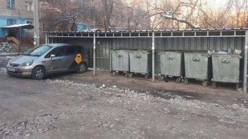 В Бишкеке водитель «Хонды» припарковался под навесом для мусорных контейнеров. Фото