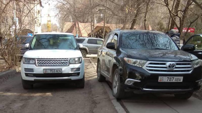 На ул.Горького водители припарковались на тротуаре. Фото