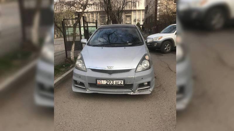 На ул.Табышалиева водитель «Тойоты» припарковался, перекрыв дорогу во двор. Фото