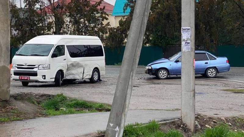 Автомашина посольства США попала в ДТП в Бишкеке во время режима ЧП. Фото
