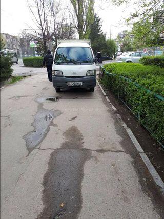 Парковка на тротуаре в мкр Восток-5