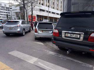 Машина перегородила путь к пешеходному переходу