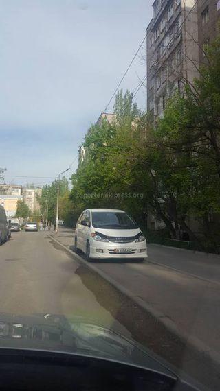 Парковка на тротуаре в мкр Аламедин-1