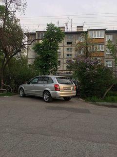Машина загородила путь к подъезду