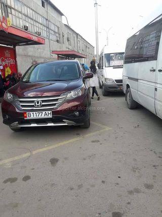 Парковка на остановке в районе Ошского рынка