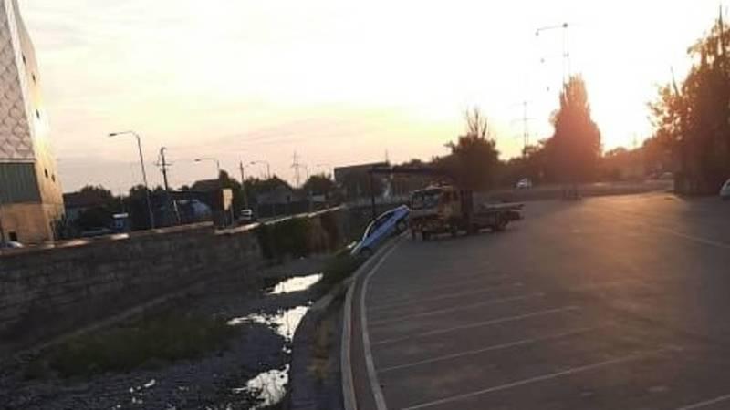 В Бишкеке в реку Ала-Арча упал автомобиль. Фото