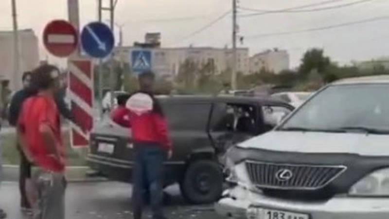 В Бишкеке столкнулись две легковые машины. Видео с места происшествия