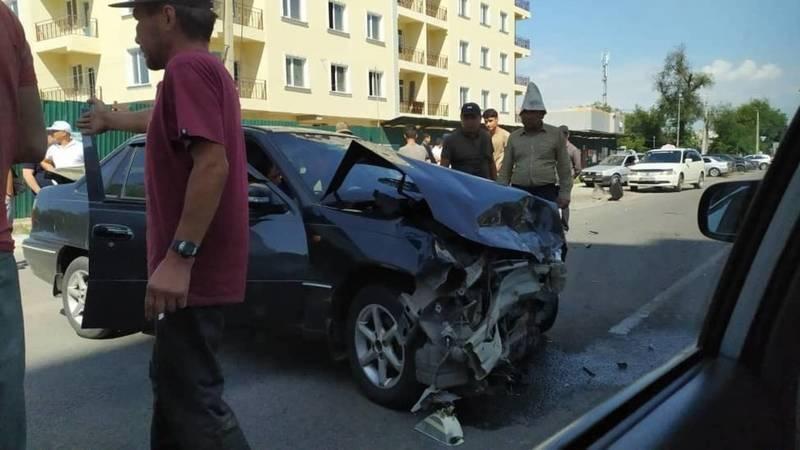 Фото — В Бишкеке столкнулись «Дэу Нексия» и «Хонда Цивик»