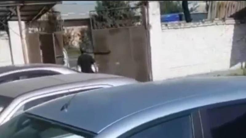 В Кара-Суйском районе портер протаранил ворота штрафстоянки и уехал. Видео