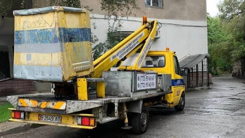 На ул.Турусбекова автокран паркуется возле дома, перекрывая въезд, - местный житель