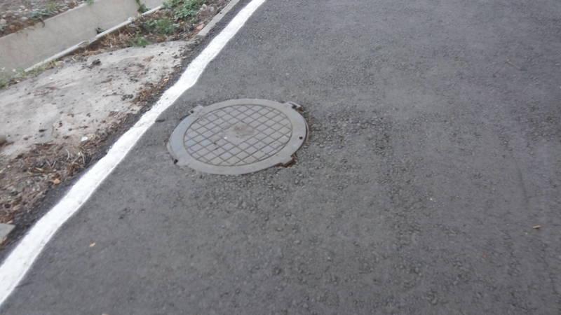 Бишкекчанин недоволен качеством новой велосипедной дорожки. Фото