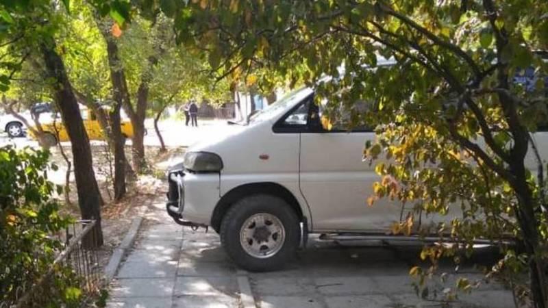 На ул.Малдыбаева водитель каждый день паркует свои машину на тротуаре. Фото горожанки