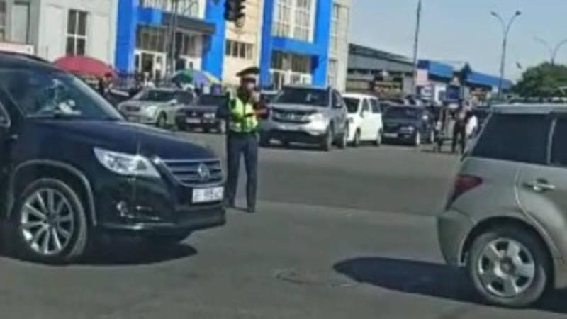 Столичные водителя благодарят патрульную милицию за разгрузку дорог возле Аламединского рынка во время пробки. Видео