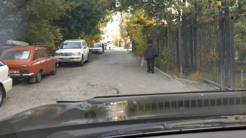 В мкр Тунгуч дорога между домами №36/1б, №8 и №7 в плохом состоянии