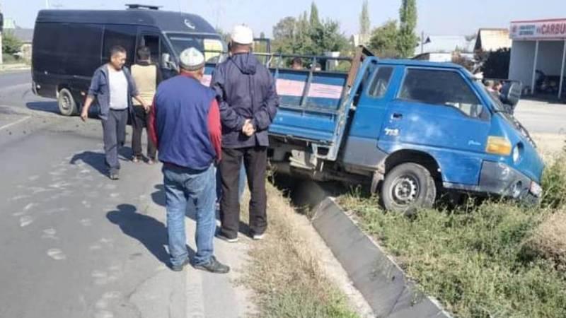 На ул.Алыкулова столкнулись портер и бус. Фото очевидца